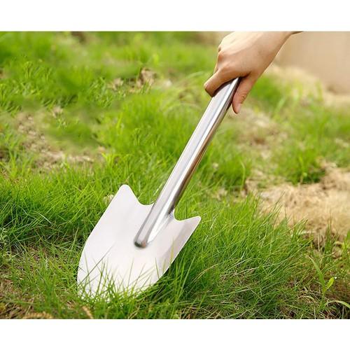 Đầu xẻng được thiết kế thon gọn giúp việc xúc đất dễ dàng, hiệu quả