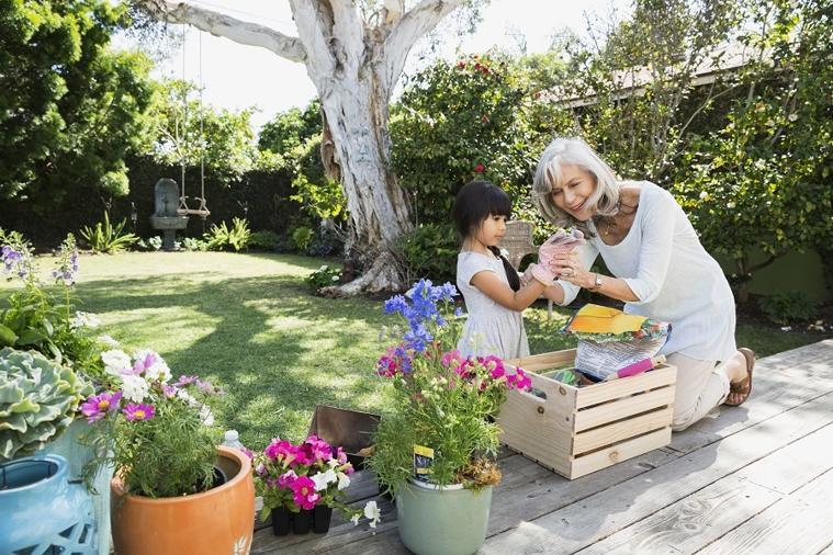 Cha mẹ dành thời gian cùng con cái làm vườn mùa Covid